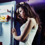 Immagine di donna davanti al frigo