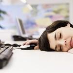 donna-ufficio-dorme