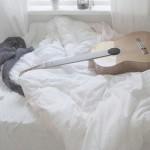 immagine di chitarra sul letto