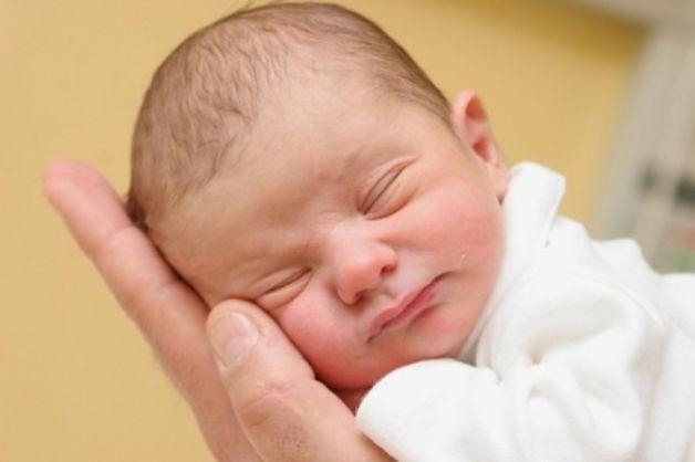 Un neonato dorme meglio quando è a contatto con la mamma