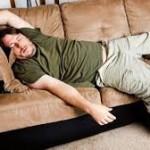 uomo addormentato sul divano